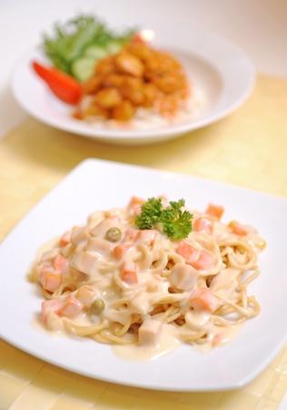 alfredo: Spaghetti Carbonara on a white plate