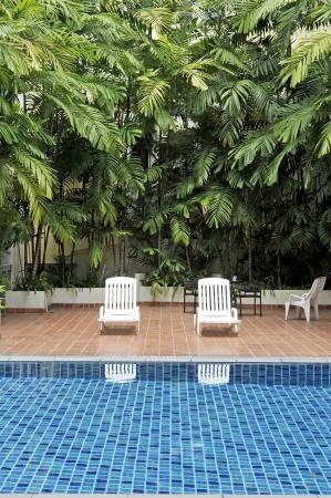 Schwimmbad und Stühle Standard-Bild - 13758531