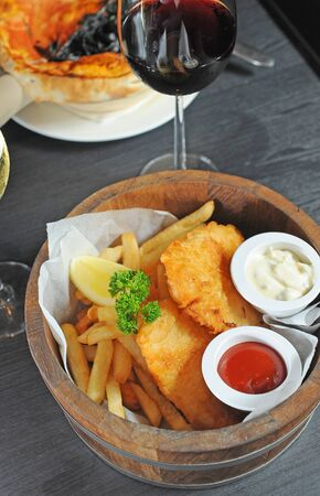 fish and chips: Cabillaud, puces Banque d'images