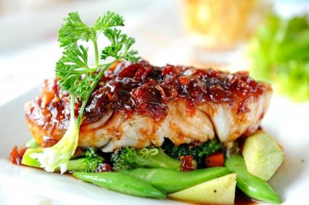 Bistecca di pesce con verdure