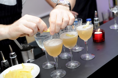 barman prepare coctail drink  photo