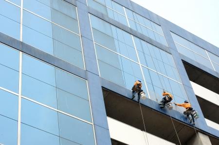 Un hombre limpiando ventanas Foto de archivo - 19337678