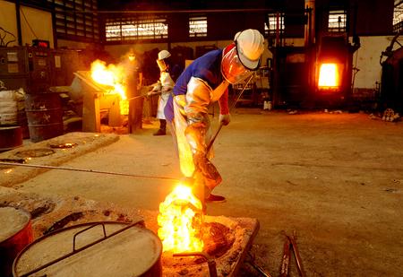 siderurgia: el trabajo en el fuego Foto de archivo