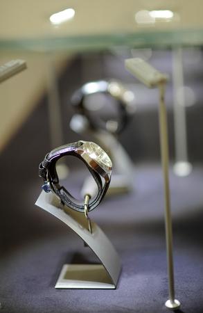 cronógrafo: reloj de cuero en la tienda