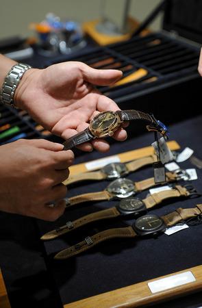 cronógrafo: Hermoso reloj de cuero en la mano