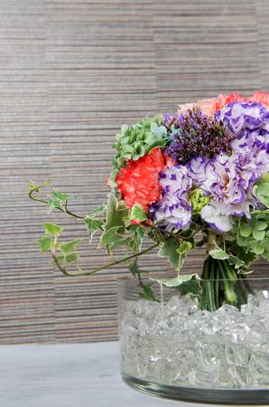 bouquet on ice in glass vase Stockfoto