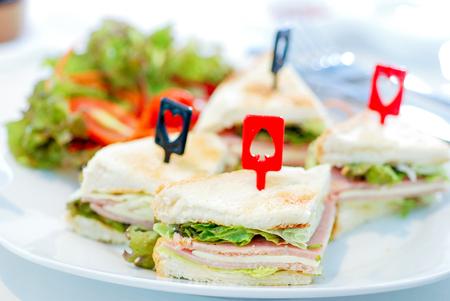 Stuk sandwichhamkaas met salade