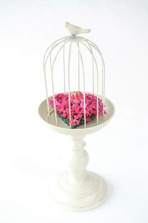 Beautiful flower wedding set up with ring on cage Stockfoto