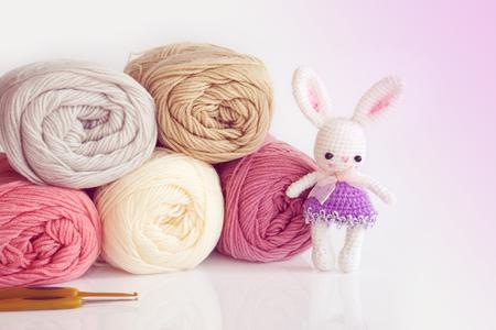 손수 만든 크로 셰 뜨개질 인형입니다. 흰색 배경에 귀여운 토끼 인형입니다. 아미 구리미. 크리 에이 티브 및 handcrafe 장난감입니다. 컬러 필터 포함.