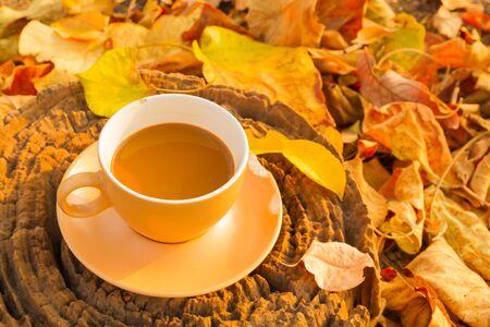 nicked: Taza de caf� en la vieja tarjeta de corte de madera