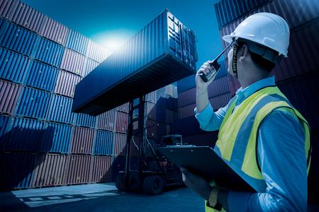 Foreman controle laden containers box van vracht vrachtschip voor import export, Foreman controle industriële container vracht vrachtschip, logistiek bedrijfsconcept, import en export concept