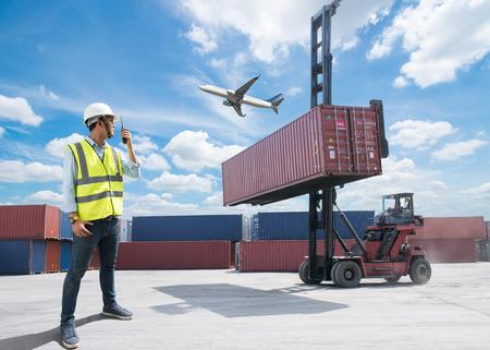 Foreman controle laadbak containers van vrachtvrachtschip voor import export, Foreman controle industriële container vrachtvrachtschip