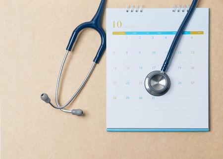 Estetoscopio y calendario. Cita médica y servicio en el hospital.