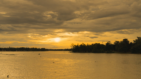Die Boote im Fluss und der schöne blaue Himmel.