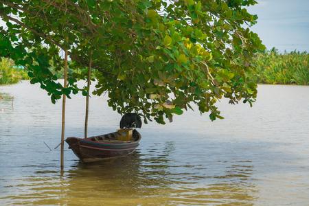 Die Boote im Fluss und der schöne blaue Himmel. Standard-Bild