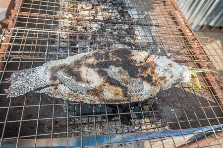 Grilled salt fish Being on the grill for grilling. Banco de Imagens - 132110921