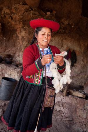 peruvian ethnicity: Mujer peruana lana de alpaca hilado en Chincheros, Per�