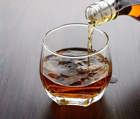 Whisky de colada en el vidrio