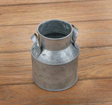 tomando leche: bidones de agua de hojalata