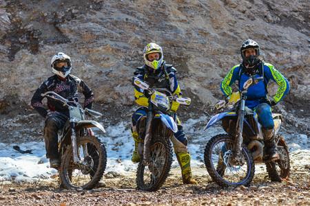super cross: Khabarovsk, Rusia - 10 de mayo de 2015: motocicletas Enduro est�n montando en el hielo en el r�o rastasia