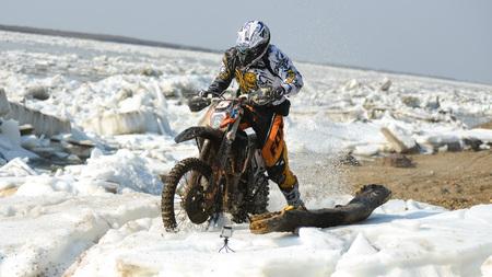 super cross: Khabarovsk, Rusia - 10 de mayo de 2015: motocicletas Enduro están montando en el hielo en el río rastasia