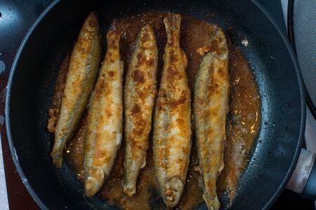 pescado frito: Pescado frito sabroso pequeña sobre una placa caliente parrilla de la barbacoa