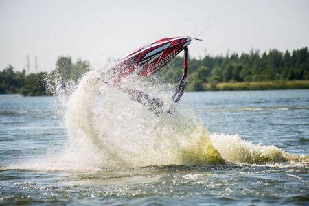 jet ski: Khabarovsk, Rusia - 28 de julio de 2015: Hombre en jet ski gira con mucho salpicaduras Editorial