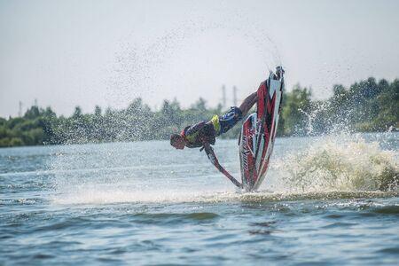 moto acuatica: Khabarovsk, Rusia - 28 de julio de 2015: Hombre en jet ski gira con mucho salpicaduras Editorial
