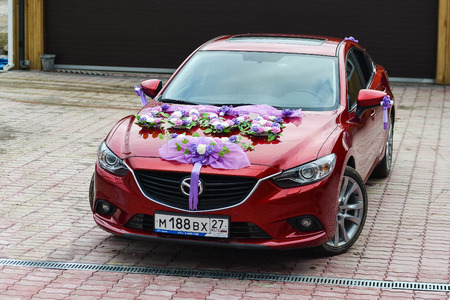 KHABAROVSK, RUSLAND - 24 april 2015: mazda ingericht voor de bruiloft wandeling