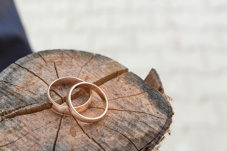 wedding rings in a basket for rings Stockfoto