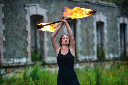 たいまつを持つ火ショーの少女