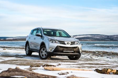 Khabarovsk, Rusland - 7 december 2013: Toyota Rav 4 moeite waard in de winter op de kust Stockfoto - 69964011