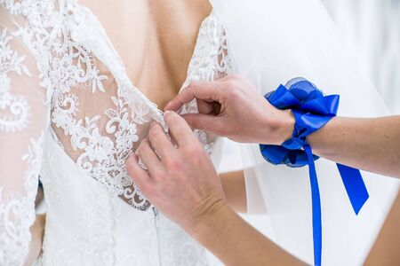 ahorcada: vestido de novia en la sala blanca