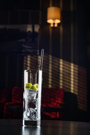 Glas met ijs en limoen