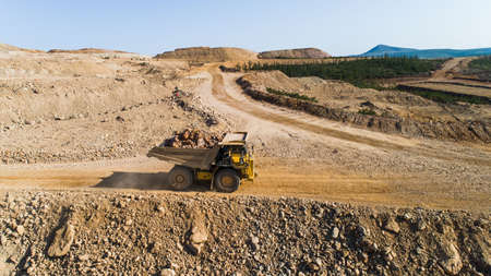 Dump truck Truck transports in the career of the ground Stockfoto