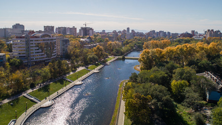 Khabarovsk Park in the city center. city ponds. autumn. the view from the top. taken by drone. Stockfoto