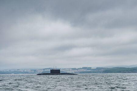 Una línea de cruceros submarinos militares rusos modernos en la fila, flota del norte y flota del mar báltico en mar abierto, submarino