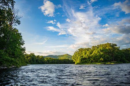 Montaña River Valley Amgun. Krai de Khabarovsk en el valle lejano ruso de la montaña del río Anyuy. Territorio de Khabarovsk en el Lejano Oriente de Rusia. La vista del río Anyui es hermosa. Parque Nacional Anyu. Paisaje de río de montaña en la taiga rusa