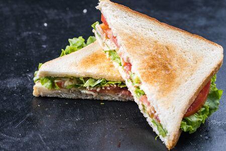 Frisches Sandwich mit Garnelen und Ei nach schwedischer Art Standard-Bild