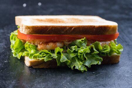 Sándwich fresco con camarones y huevo al estilo sueco