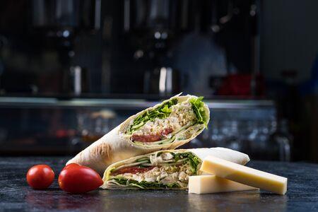 Shawarma sandwich gyroscope fresh roll of lavash Lavash chicken beef Shawarma falafel recipe tin eats stuffed with roasted meat, mushrooms, cheese. Traditional middle Eastern snack. Stockfoto