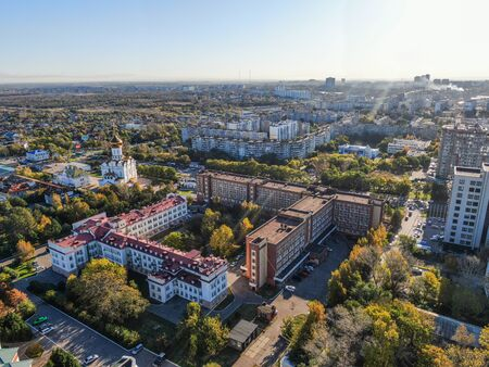 Road clinical hospital in Khabarovsk top view. The Church of the Holy Martyr Grand Duchess Elizabeth in Khabarovsk in the summer on the territory of the railway hospital Zdjęcie Seryjne