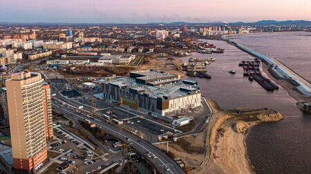 KHABAROVSK, RUSSIA - October 20, 2019 Khabarovsk shopping center Brosko mall the view from the top. filmed with a drone. amur river. residential complex pioneer Stockfoto - 137609673