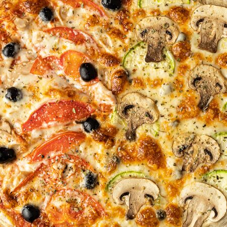 pizza close-up. background pizza with mushrooms and tomatoes.  Stockfoto