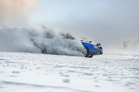 Sliding on an ice line. Snow drifting. snowy land road at winter Stockfoto
