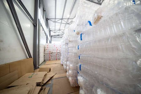 The various type of plastic bottle product and preform material with injection mold background. Drinking container manufacturing processing. Stockfoto