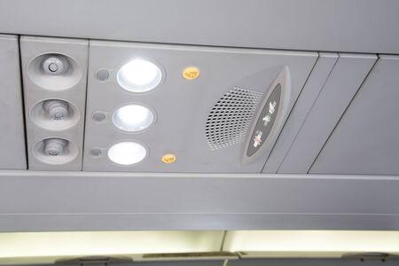 cinturon de seguridad: No fumar y del cinturón de seguridad letrero en avión.