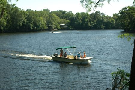 A family enjoys boating on the Suwannee River. Foto de archivo