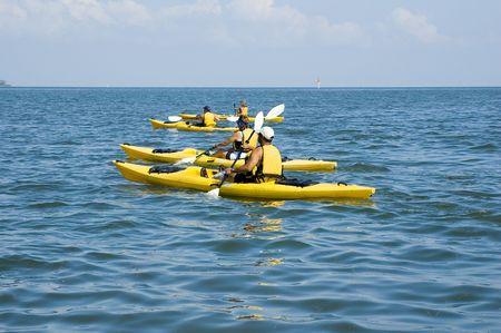 llave de sol: Kayakers goza de un d�a hermoso en el golfo de M�xico cerca de llave del cedro, la Florida.