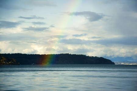 puget sound: Un brillante arcobaleno su Puget Sound vicino a Tacoma, Washington.